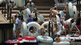 Khách du lịch tụ tập bên bờ sông Comal, Texas vào ngày 25/6. Ảnh: AP