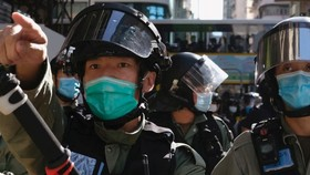Cảnh sát Hong Kong giải tán người biểu tình tụ tập gần trụ sở Hội đồng Lập pháp hôm 28-6. Ảnh: AFP