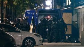 Cảnh sát Pháp tập trung bên ngoài một ngân hàng trong một tình huống bắt con tin ở thành phố cảng Le Havre, tây bắc nước Pháp, ngày 6/8/2020. Ảnh: AFP