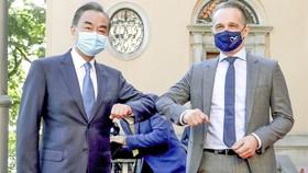 Ngoại trưởng Trung Quốc Vương Nghị (trái) chạm cùi chỏ với Ngoại trưởng Đức Heiko Maas khi hai người gặp nhau tại Berlin, Đức hôm 01-09 trong khuôn khổ chuyến thăm châu Âu. Ảnh: AFP