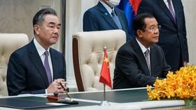 Bộ trưởng Ngoại giao Trung Quốc Vương Nghị và Thủ tướng Campuchia Hun Sen tham dự lễ ký kết tại Phnom Penh hôm 12-10. Ảnh: NIKKEI ASIA