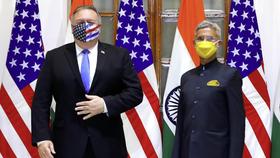 Ngoại trưởng Mỹ và Ấn Độ chụp hình chung ngày 26/10. Ảnh: Reuters