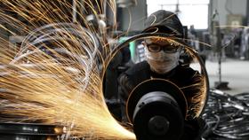 Một công nhân hàn vành thép xe đạp tại nhà máy sản xuất dụng cụ thể thao ở Hàng Châu, tỉnh Chiết Giang, Trung Quốc ngày 2 tháng 9 năm 2019. China Daily via REUTERS / File Photo