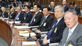 Từ trái sang: Chủ tịch Tập đoàn CJ Sohn Kyung Shik, Chủ tịch Tập đoàn LG Koo Bon Moo, Chủ tịch Tập đoàn Hanwha Kim Seung Youn, Chủ tịch Tập đoàn SK Chey Tae Won, Phó Chủ tịch Samsung Electronics Jay Y. Lee, Chủ tịch Tập đoàn Lotte Shin Dong Bin, Hanjin Ch
