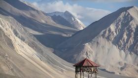 Pangong Tso là một hồ nội lục ở Himalayas nằm ở độ cao khoảng 4.350m. Nó dài  134 km và kéo dài từ Ấn Độ đến Khu tự trị Tây Tạng, Trung Quốc.