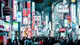 Thành phố Tokyo về đêm với các bảng hiệu từ các cửa hàng