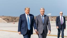 Tổng thống Trump và Cố vấn An ninh Quốc gia Nhà Trắng Robert C. O'Brien tại Sân bay Quốc tế Los Angeles năm 2019. Ảnh: Nhà Trắng/Shealah Craighead
