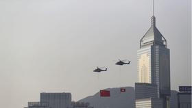 Máy bay trực thăng mang cờ Trung Quốc và cờ Hồng Kông bay ngang qua đường chân trời của Cảng Victoria vào Ngày Quốc khánh của Trung Quốc ở Hồng Kông, ngày 1 tháng 10 năm 2019. REUTERS / Athit Perawongmetha / File Photo