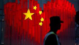 Một lá cờ Trung Quốc hình trái tim được cắm trước lễ kỷ niệm 70 năm thành lập nước Cộng hòa Nhân dân Trung Hoa được nhìn thấy trên một con phố ở Thượng Hải, Trung Quốc năm 2019. Ảnh: REUTERS/Aly Song