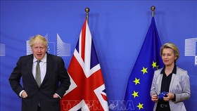 Thủ tướng Anh Boris Johnson (trái) và Chủ tịch Ủy ban châu Âu Ursula von der Leyen tại cuộc gặp ở Brussels, Bỉ ngày 9/12/2020. Ảnh: AFP/TTXVN