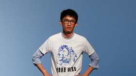 """Ứng cử viên Sixtus """"Baggio"""" Leung từ Youngspiration phản ứng trên bục sau khi giành được một ghế trong cuộc bầu cử Hội đồng Lập pháp ở Hồng Kông ngày 5 tháng 9 năm 2016. REUTERS / Bobby Yip"""