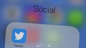 Biểu tượng Twitter trên màn hình điện thoại ở Washington, DC, Mỹ. Ảnh: AFP/TTXVN