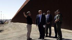 Tổng thống Donald Trump thăm một phần của bức tường biên giới phía nam, Thứ Tư, ngày 18 tháng 9 năm 2019, ở Otay Mesa, California. (Associated Press)