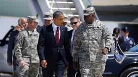 Năm 2012, cựu tổng thống Barack Obama đi cùng tướng Lloyd Austin, cựu phó tham mưu trưởng quân đội Hoa Kỳ tại Texas - nay là Bộ trưởng Quốc phòng Hoa Kỳ. Ảnh: AP/Pablo Martinez Monsivais