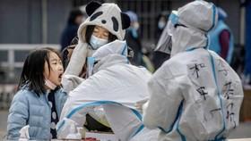 Một bé gái được xét nghiệm COVID-19 trong khuôn khổ chiến dịch xét nghiệm ở quận Dongcheng, Bắc Kinh, Trung Quốc vào ngày 23 tháng 1 năm 2021. (Kevin Frayer / Getty Images)