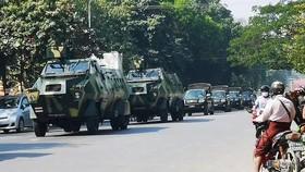 Đoàn xe quân sự đi trên đường phố ở Myanmar sau cuộc đảo chính ngày 2/2. (Ảnh: Reuters)