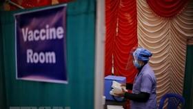 Nhân viên y tế làm việc tại phòng tiêm vắcxin phòng COVID-19 ở Kathmandu, Nepal. (Ảnh: THX/TTXVN)
