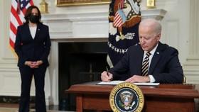 Đảo ngược lệnh cấm của ông Trump về thẻ xanh, ông Biden được lòng dân nhập cư