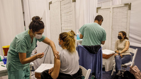 Người dân được tiêm một liều vắc-xin Pfizer-BioNTech Covid-19 ở Tel Aviv vào ngày 4 tháng 1. Nhiếp ảnh gia: Kobi Wolf / Bloomberg