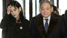 Lee Kun-hee, phải, với con gái lớn Lee Boo-jin. Gia đình cho biết họ sẽ tài trợ cho nghiên cứu vắc-xin, điều trị ung thư trẻ em và một bệnh viện bệnh truyền nhiễm © EPA