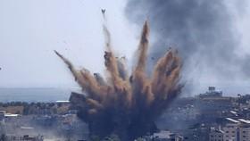 Israel không kích một toà nhà ở Gaza City ngày 13/5/2021. Ảnh: AP