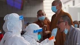 Các nhà sư được xét nghiệm coronavirus tại một huyện ở Quảng Châu thuộc tỉnh Quảng Đông, miền nam Trung Quốc vào ngày 30 tháng 5 năm 2021.