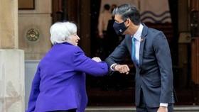 Bộ trưởng Tài chính Anh Rishi Sunak (phải) chào mừng Bộ trưởng Tài chính Hoa Kỳ Janet Yellen tham dự cuộc họp G7 ở London. © POOL / AFP via Getty Images