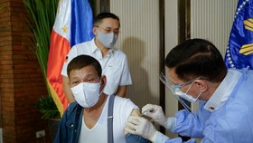 Tổng thống Philippines Rodrigo Duterte được tiêm ngừa vắc xin chống COVID-19 ngày 3-5 - Ảnh: REUTERS