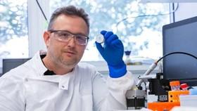 Tiến sĩ David Muller với miếng dán sinh học mật độ cao.