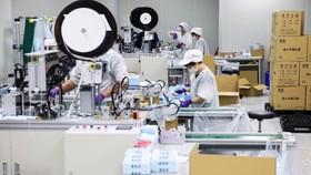 Công nhân làm việc trong một nhà máy ở Đào Nguyên, Đài Loan - Ảnh: Bloomberg.