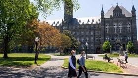 Sinh viên đeo khẩu trang phòng lây nhiễm Covid-19 tại Trường đại học Georgetown ở Washington, DC, Mỹ. Ảnh: Washingtonpost.com.