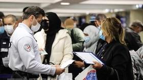 Cảnh sát kiểm tra giấy tờ của hành khách tại sân bay Nice, miền nam nước Pháp, ngày 22/2/2021. (Ảnh: AFP/TTXVN).