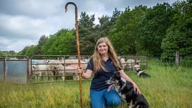 Chloe Shorten đã nhận nuôi và dạy cho Peggy ngôn ngữ ký hiệu cùng các khóa huấn luyện cần thiết cho việc chăn cừu. Nguồn ảnh: SWNS.