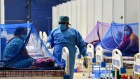 Bệnh nhân nhiễm COVID-19 được điều trị tại bệnh viện ở New Delhi, Ấn Độ. (Ảnh: THX/TTXVN).