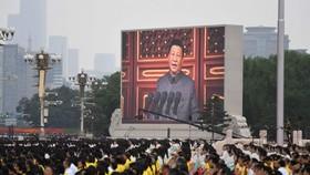 Ông Tập Cận Bình, đứng trên Thiên An Môn phát biểu trước quốc dân khi hàng nghìn người kỷ niệm 100 năm thành lập đảng.