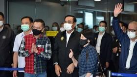 Thủ tướng Thái Lan Prayut Chan-O-Cha (giữa) chụp ảnh lưu niệm với các du khách tại sân bay quốc tế Phuket ngày 1/7/2021.