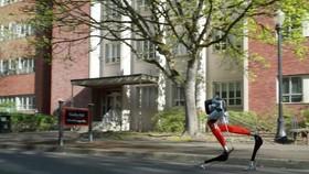 Robot chạy ngang qua một tòa nhà trong khuôn viên Đại học Bang Oregon. Nguồn ảnh: NYP.