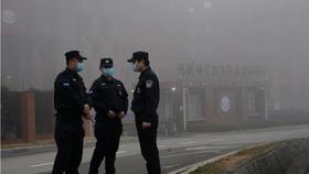 Nhân viên an ninh đứng gác gần Viện Vi-rút Vũ Hán sau khi một nhóm của Tổ chức Y tế Thế giới đến thăm thực địa vào tháng Hai. (Ảnh AP / Ng Han Guan)