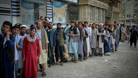 Mọi người xếp hàng tại một ngân hàng ở Kabul vào 30/8. Tiếp cận tiền mặt là mối bận tâm lớn hơn đối với nhiều người Afghanistan bình thường © AFP qua Getty Images