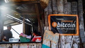 Một quán cafe chấp nhận Bitcoin ở El Salvador tháng 4/2021 - Ảnh: Reuters.
