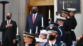 Bộ trưởng Quốc phòng Hoa Kỳ Lloyd Austin và Bộ trưởng Quốc phòng Philippines Delfin N. Lorenzana chào cờ trong lễ đón tại Lầu Năm Góc ở Washington, DC hôm 10/9. Ảnh: AFP