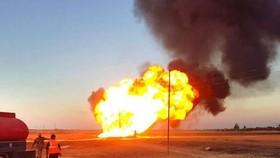 Đám cháy sau vụ nổ một đường ống dẫn khí đốt tại nhà máy điện Deir Ali. Ảnh: AP