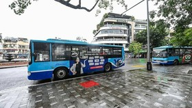 Buses resume operations in Hanoi on October 14, 2021. Photo by VnExpress/Giang Huy