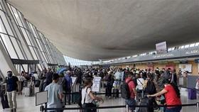 Hành khách tại sân bay quốc tế Dulles Washington, bang Virginia, Mỹ. (Ảnh: AFP/TTXVN).