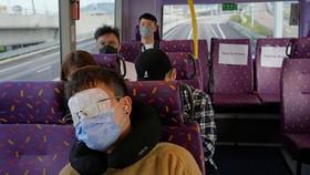 Một hành khách ngủ trên tầng trên của xe buýt hai tầng ở Hồng Kông, Thứ Bảy, ngày 16 tháng 10 năm 2021. (Ảnh AP / Kin Cheung)