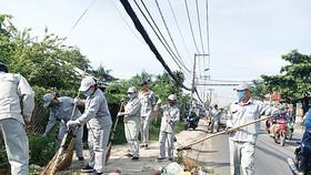 Người dân quét dọn sau khi tham dự hưởng ứng Tuần lễ quốc gia nước sạch và vệ sinh môi trường