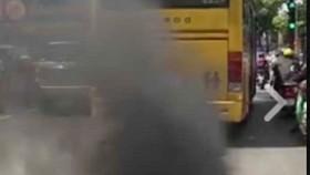 """Hình ảnh xe buýt """"5 sao"""" xả khói đen mù mịt mà báo SGGPO phản ánh"""