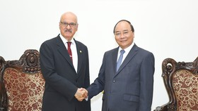 Thủ tướng Nguyễn Xuân Phúc tiếp Tổng giám đốc OFID, ông Suleiman Jasir Al-Herbish. Ảnh: VGP