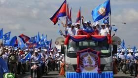 Ông Hun Sen (áo xanh) dẫn đầu đoàn vận động tranh cử. Ảnh: Khmer Times