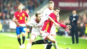 Tây Ban Nha (phải) không khó vượt qua Macedonia.